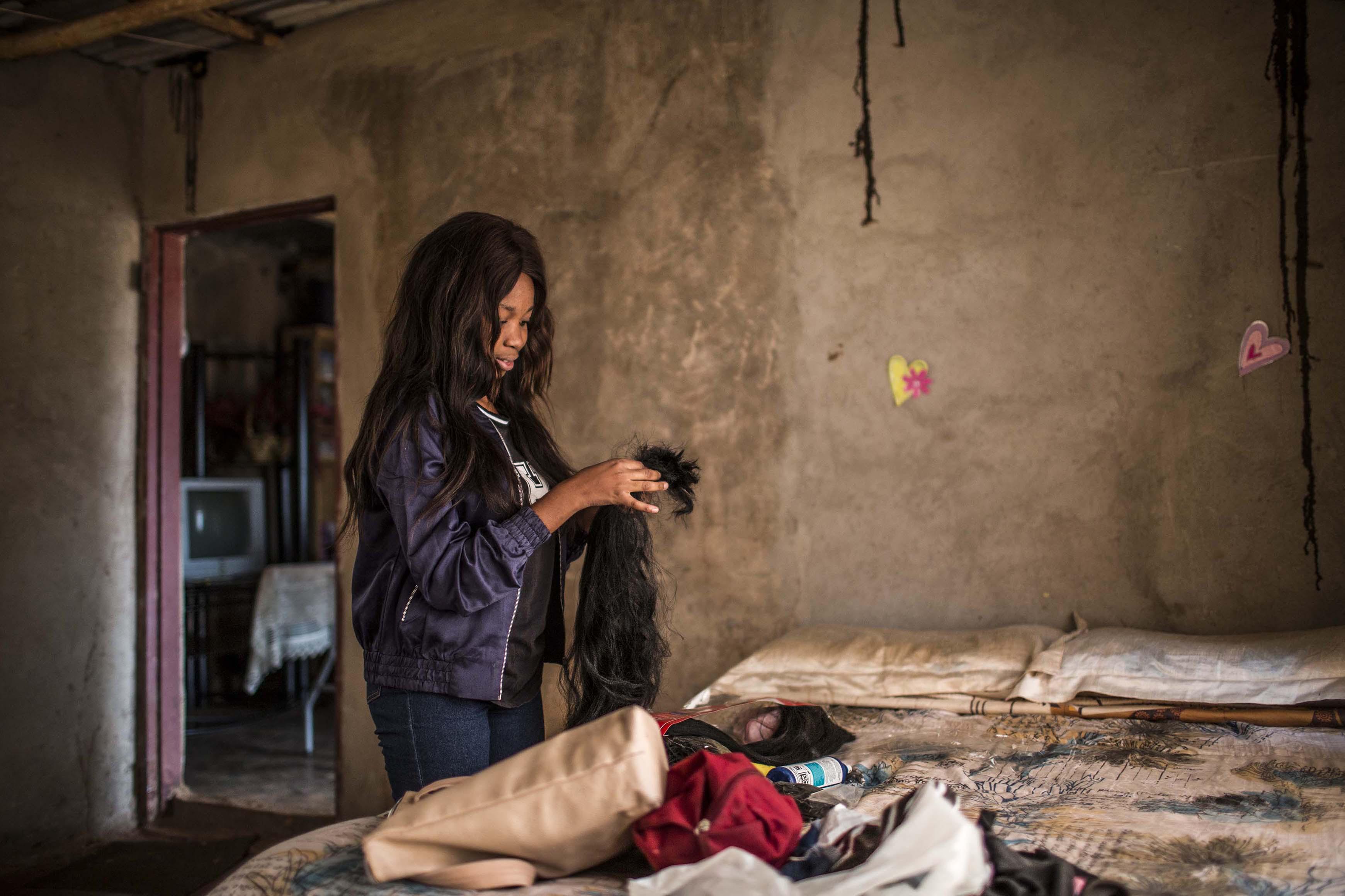 29 November 2018: Nkateko Mathonsi preparing hair fibre.