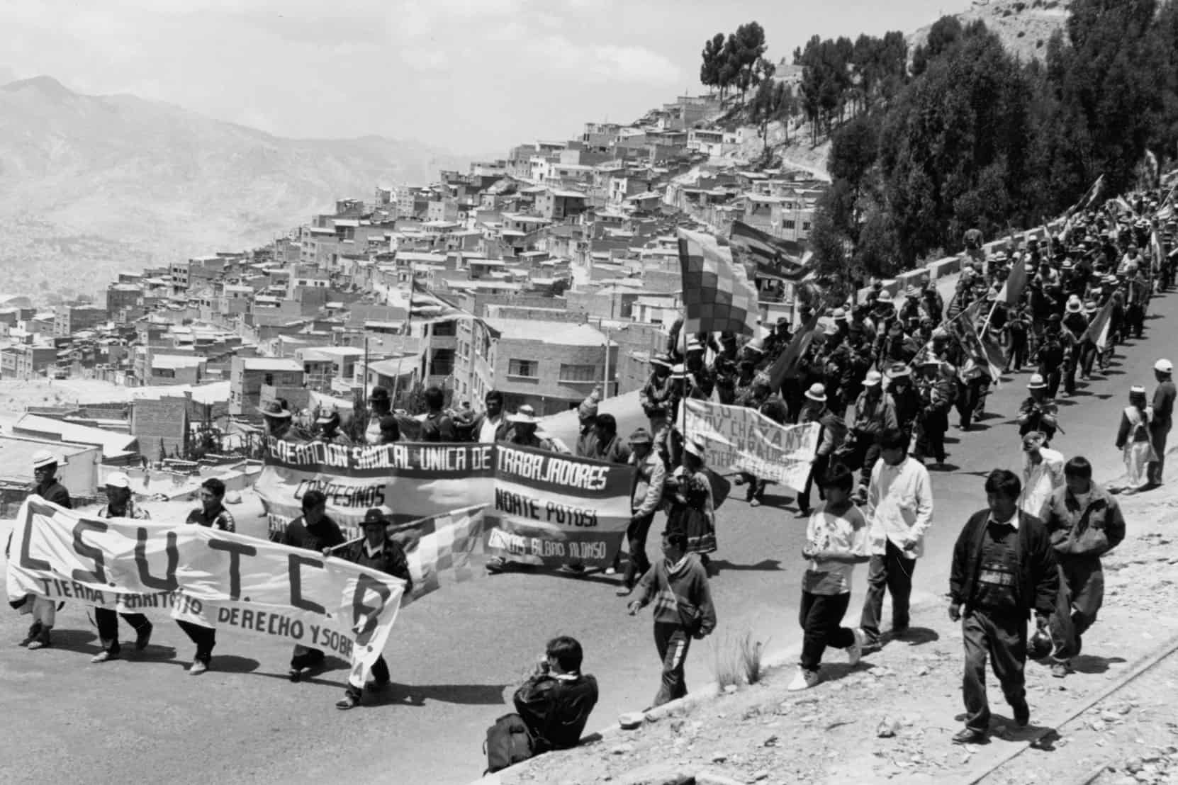 26 September 1996: The indigenous march for land and territory enters La Paz from El Alto, Bolivia, crossing the same terrain Túpac Katari's army used to seize La Paz in 1781. (Photograph by Museo Nacional de Etnografía y Folklore. Courtesy of the Archivo Central del Museo Nacional de Etnografía y Folklore.)