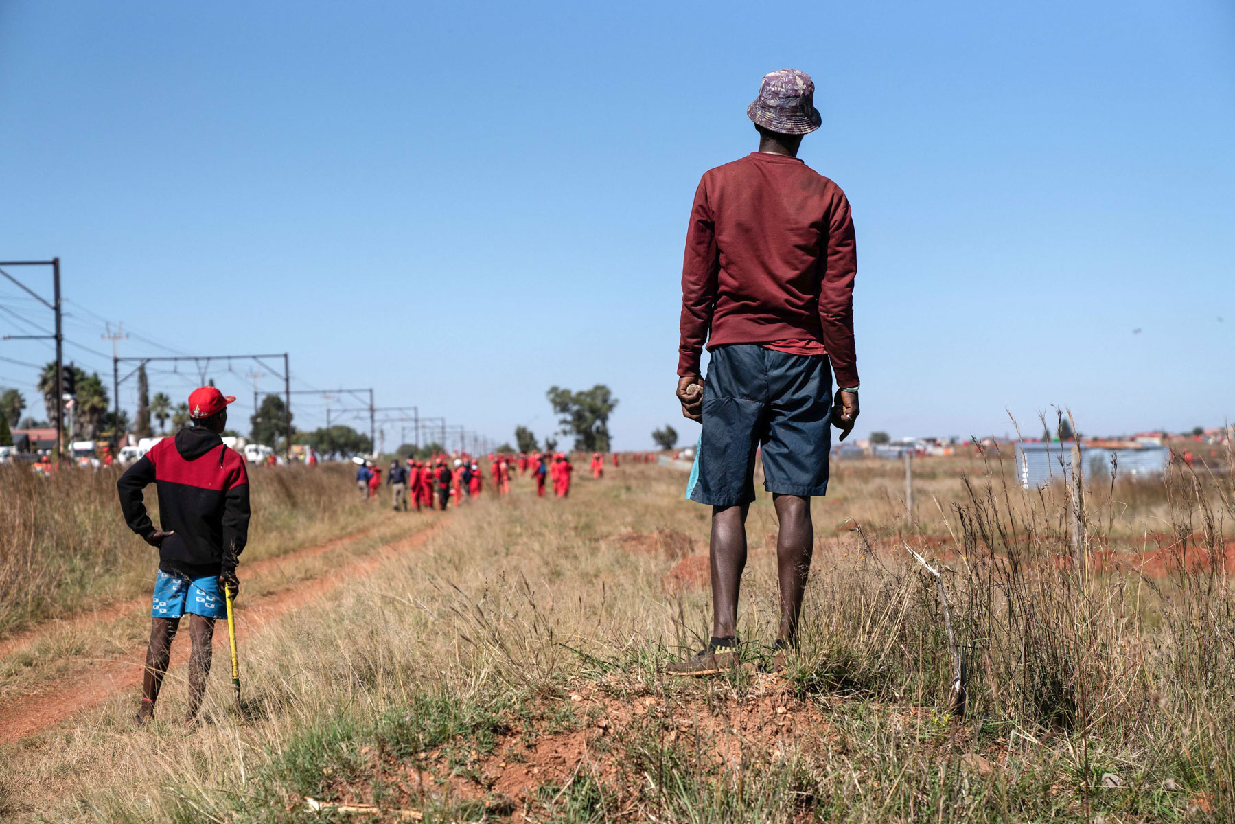 21 April 2020: A lull in the fighting between Lakeview residents, the Red Ants and members of the Johannesburg Metro Police Department. (Photograph by James Oatway)
